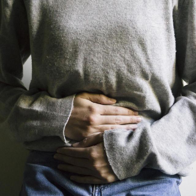 Nemogućnost izlučivanja veće količine mokraće odjednom javlja se kad kamenci prolaze kroz ureter i pritom nadražuju mokraćni mjehur pa se javlja poticaj na često i obilno mokrenje, čak i kad nema potrebe za tim