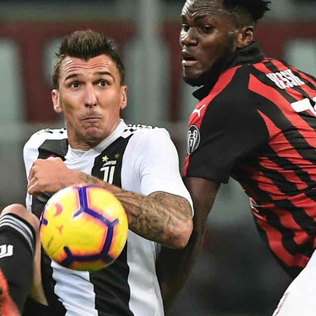 Mandžukić iz vremena dok je nosio Juventusov dres protiv Milanovog Francka Kessieja
