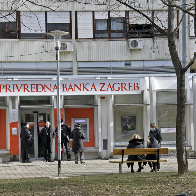 Na Trgu Ivana Kukuljevića u Španskom opljačkana je poslovnica Privredne banke.
