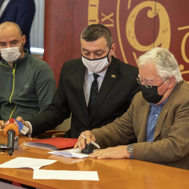 Ugovor su potpisali vlasnik tvrtke Gavrilović Georg Gavrilović i ravnatelj Srednje škole Milan Orlić