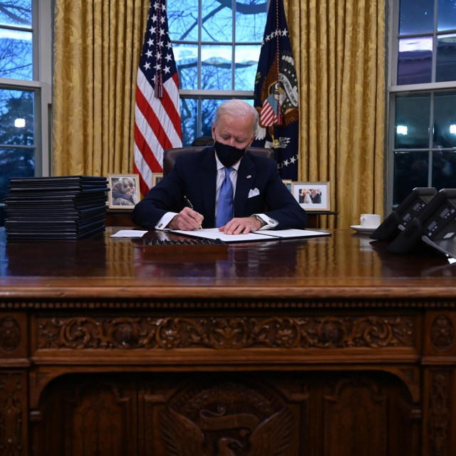 Joe Biden potpisuje svoje prve izvršne uredbe