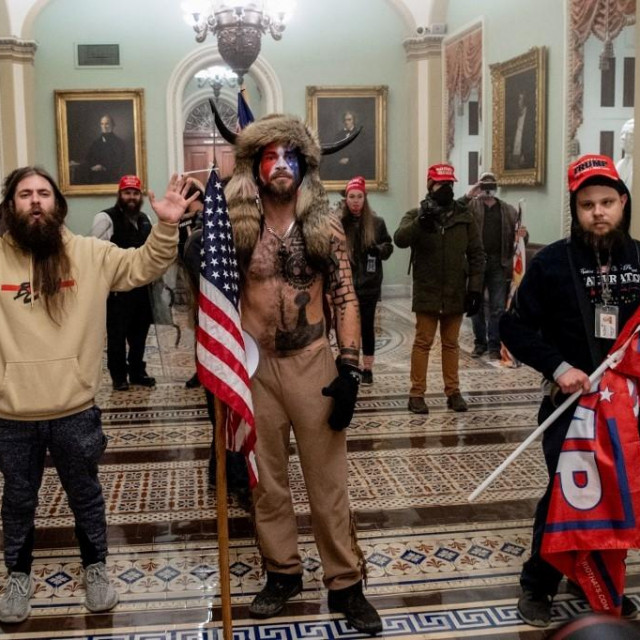 Trumpove pristaše na Capitolu, u sredini je Jake Angeli, famozni Qanon šaman