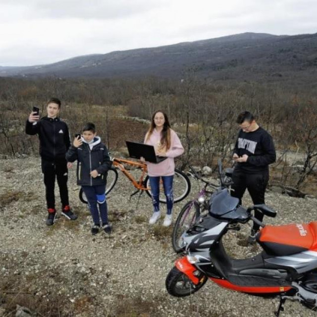 Gabriel Vuletić, Petar Lozina, te Žana i Patrik Vranješ na uzvisini iznad sela prate online nastavu
