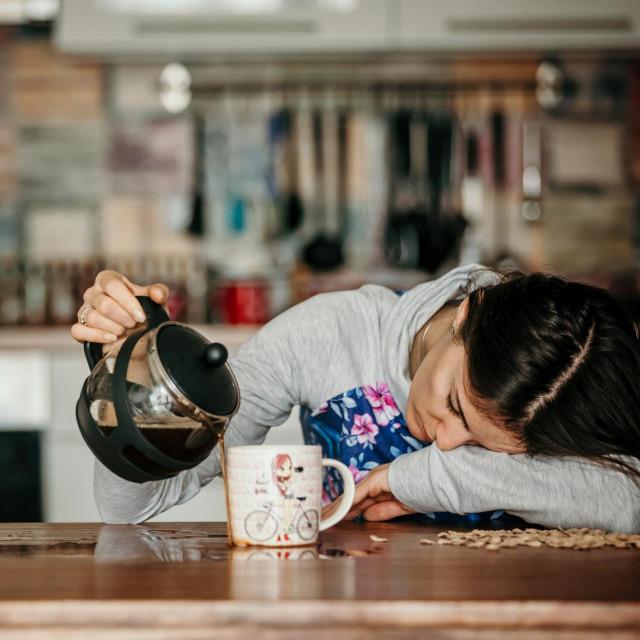 Mnogi u tim situacijama posežu za kofeinskim napicima, no postoje i druge metode koje mogu pomoći ako niste u prilici ubiti oko na pola sata