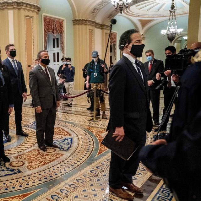 Devetero demokrata iz zastupničkog doma, koji će na suđenju biti tužitelji, donijeloje službenu optužnicu u dvoranu senata istim putem kojim su išle Trumpove pristalice 6. siječnja kada su provalile u zgradu Kongresa SAD-a sukobljavajući se s policijom.