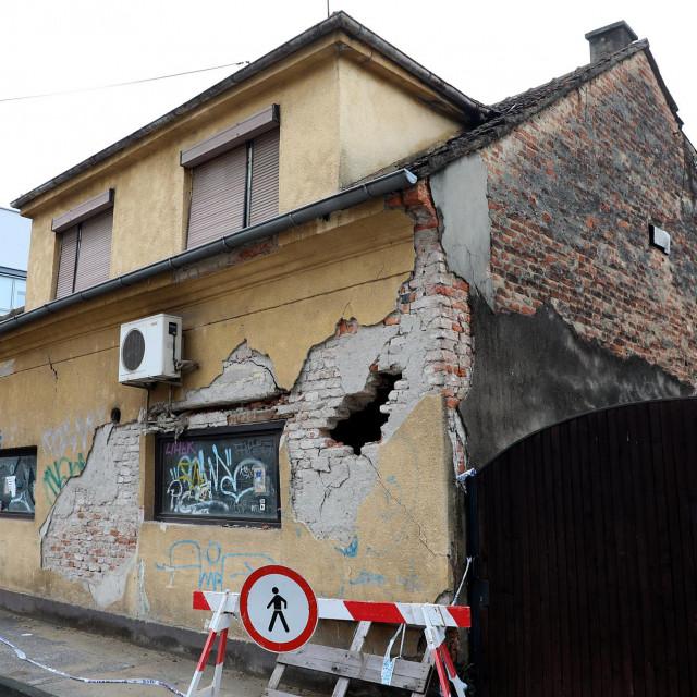 Napuštena kuća na uglu Okićke i Bosiljevske