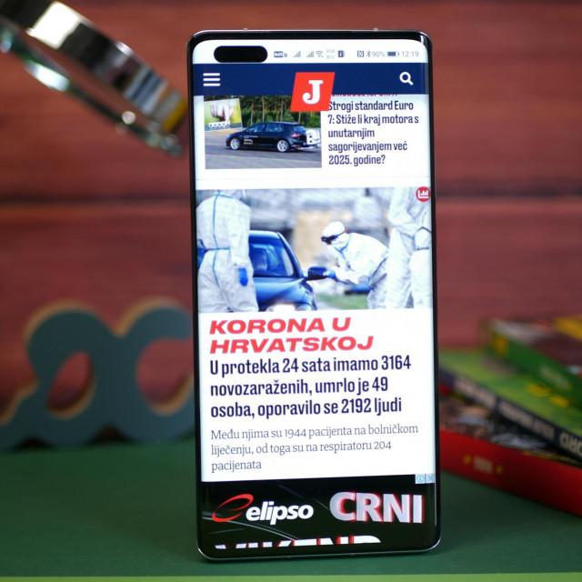 OLED ekran dijagonale 6,76 inča je zaobljen na rubovima