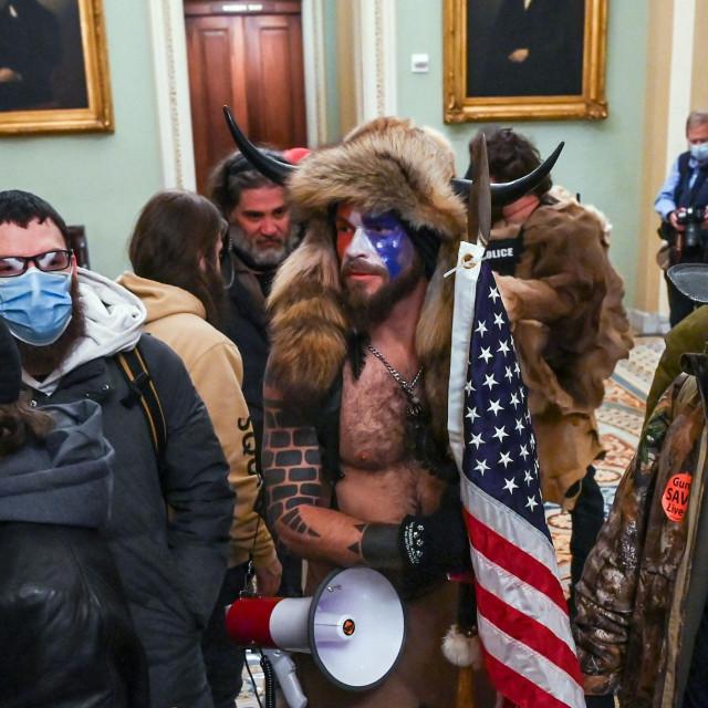 QAnon šaman tijekom upada u Kongres