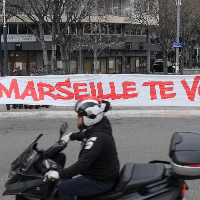 Navijački transparent u gradu protiv predsjednika kluba