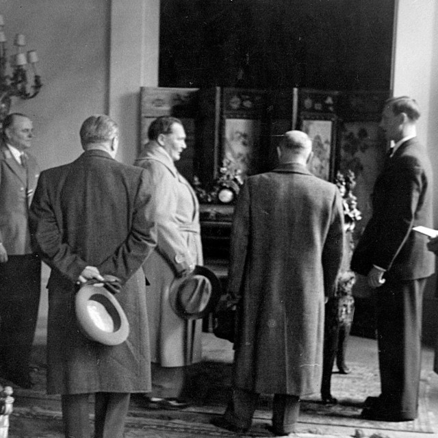 Bruno Lohse (drugi desno) s Hermannom Göringom (u sredini) u obilasku konfisciranih umjetnina