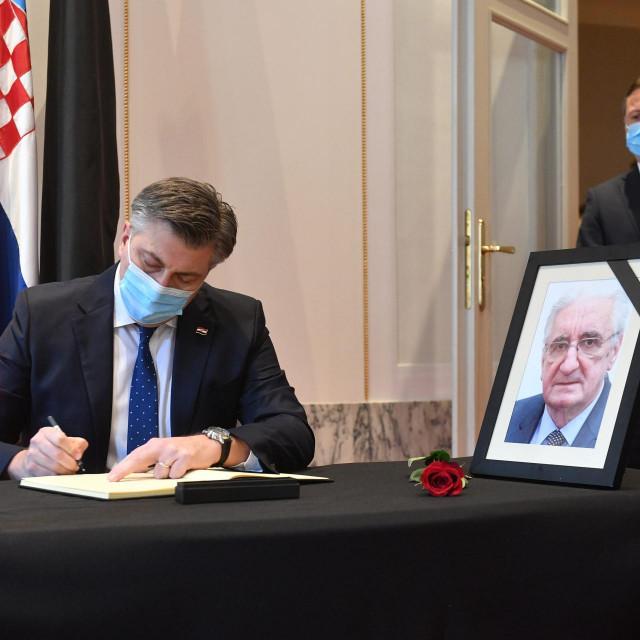 Gordan Jandroković i Andrej Plenković upisali su se u knjigu žalosti povodom smrti saborskog zastupnika Miroslava Tuđmana.<br />