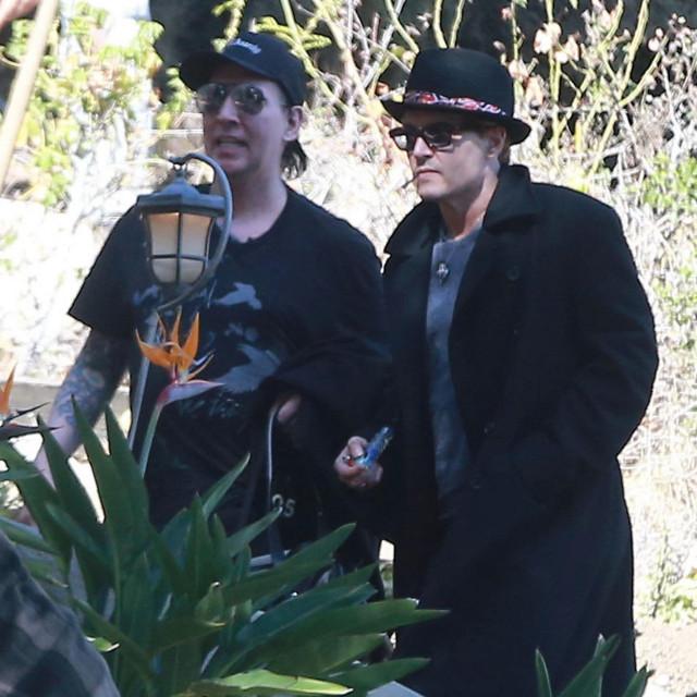 Paparazzi su 2014. u Los Angelesu uhvatili Deppa i Mansona kako se druže po gradu noseći staklenu lulu i marihuanu