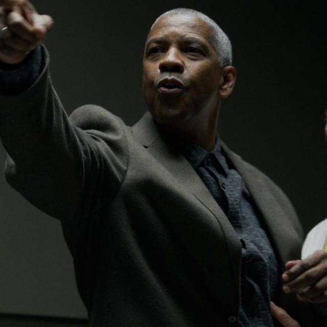 "Rami Malek kao Jim Baxter, Denzel Washington kao Joe Deacon i Chris Bauer kao detektiv Sal Rizoli u filmu ""Male stvari"""