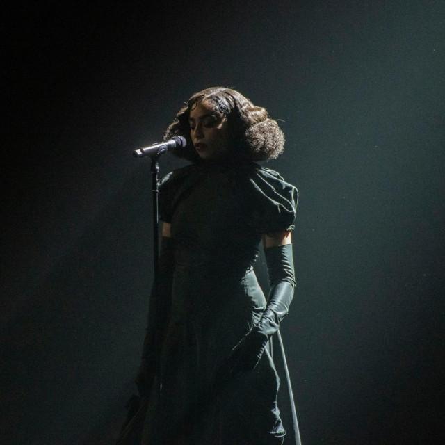 Celeste Epiphany Waite uživo na Brit Awards 2020.