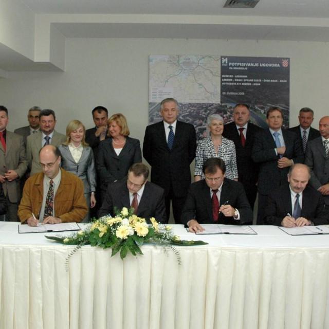 Svečanom činu potpisivanja ugovora u svibnju 2009. svjedočili su tadašnji premijer Ivo Sanader i njegova zamjenica Jadranka Kosor