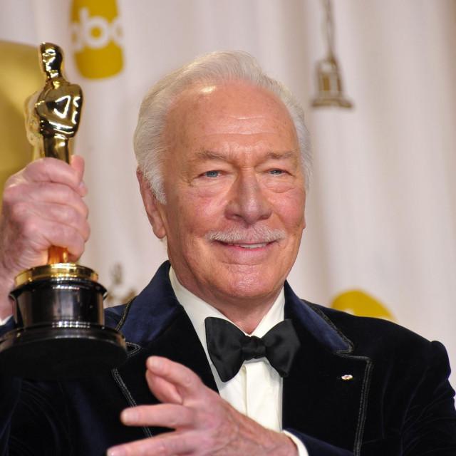 """Christopher Plummer drži Oscara koji je dobio za film """"Beginners"""""""