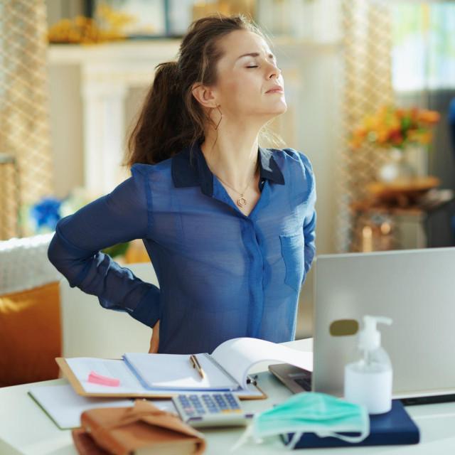 Ako dane provodite sjedeći za stolom, vrlo je vjerojatno da imate loše držanje, odnosno pogrbljena leđa i vrat
