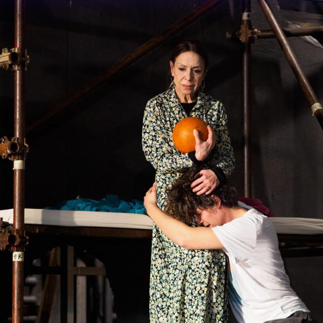 Doris Šarić Kukuljica rutinirano glumi majku mladoga geja