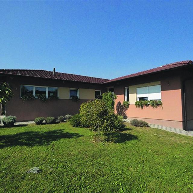 <strong>189.000 €</strong><br /> ● Sesvete, Budenec 200 m2 , okućnica 1100 m