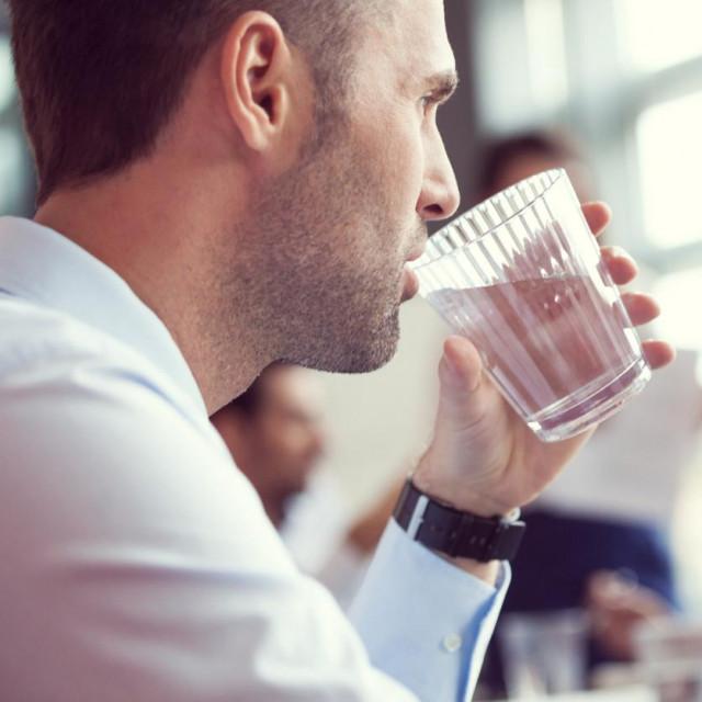 Suhoća usta može biti simptom raznih bolesti, bolesnih stanja ili loših navika.