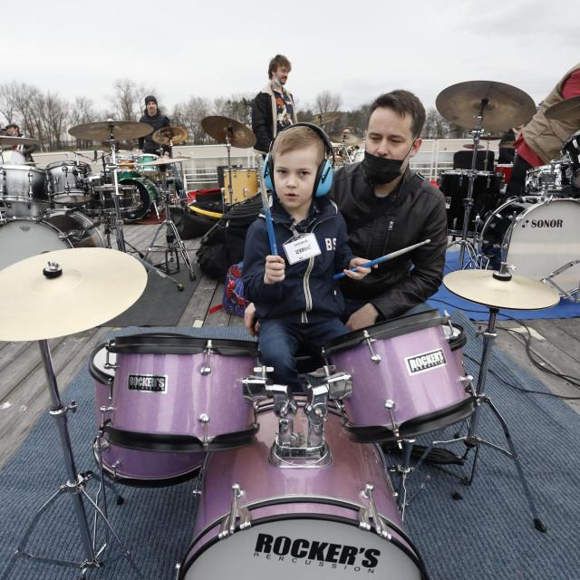 Toma Kovačić s tatom Goranom na Bundeku na snimanju pjesme Treba imati dušu u sklopu projekta Lakestock za Zlatni studio
