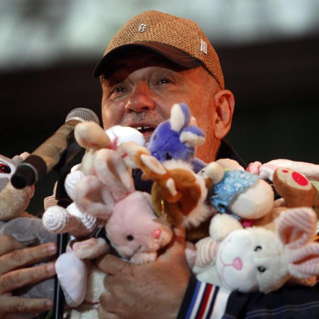 Đorđe Balašević s brojnim plišanim zečevima na stadionu ŠRC Mladost u Čakovcu 2017. na koncertu