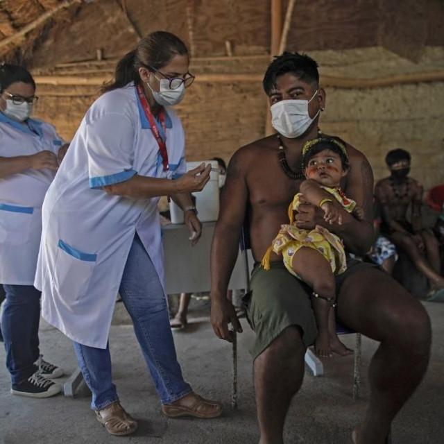 CIjepljenje pripadnika domorodaca u Brazilu