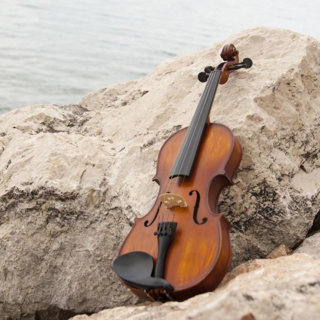 Otac je sinu kupio najbolju violinu, platio privatnog profesora, ali uz obećanje da će ga naučiti surfati. Val je pristao. Obostrano zadovoljstvo promijenilo je potenciju sudbine.