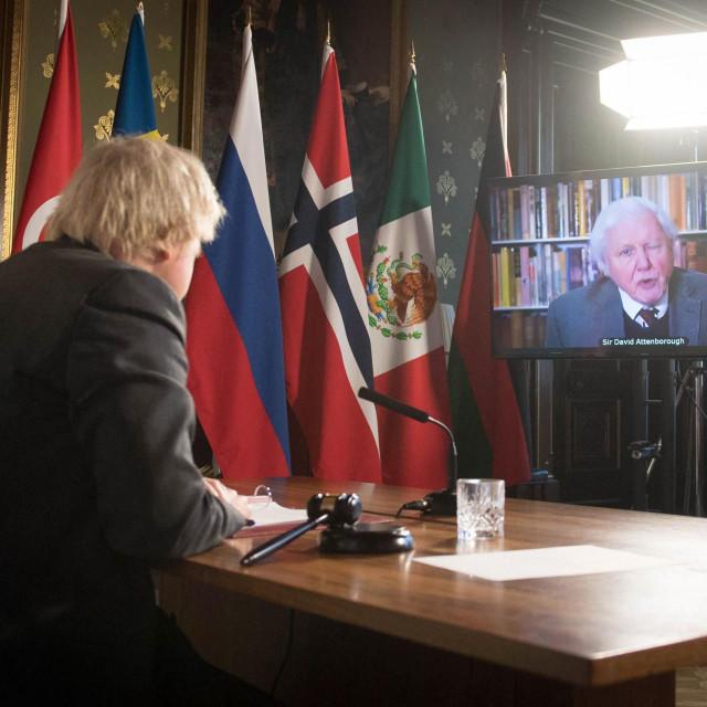 Na fotografiji: Boris Johnson gleda video obraćanje Davida Attenborougha