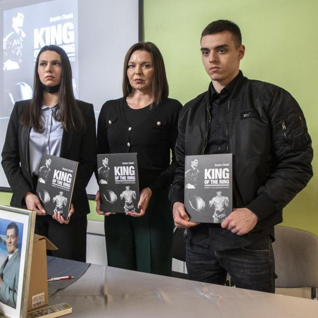 Obitelj Cikatić: Ivana Davidovski Cikatić sa sinom Brunom i kćerkom Lucijom