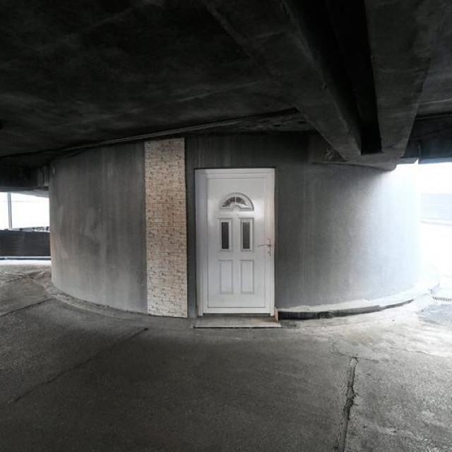 Trosoban stan na prodaju nalazi se u središnjem stupu jedne nadzemne garaže u Dubravi