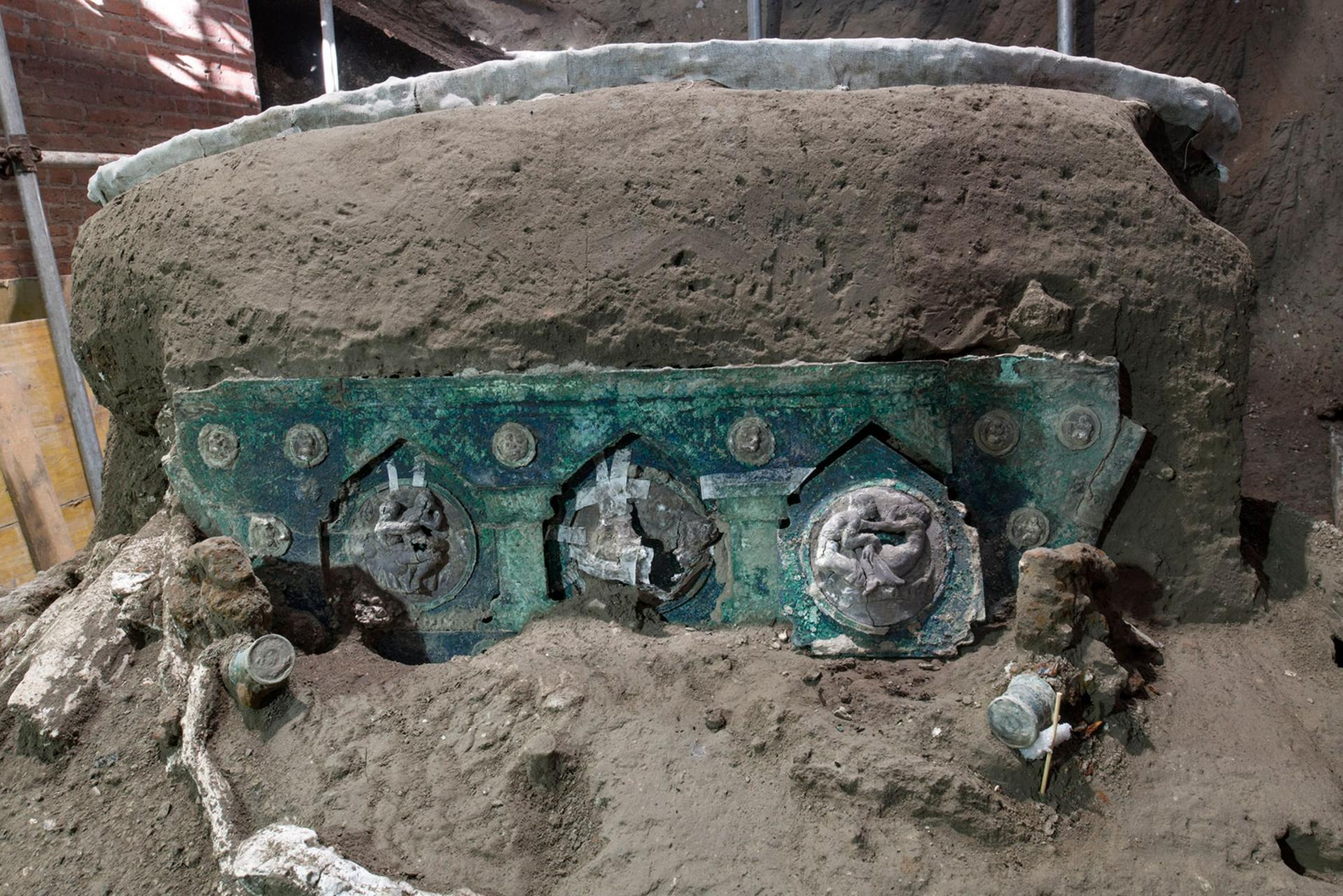 (FOTO/VIDEO) Arheološka senzacija u Pompejima: Pronađena gotovo neoštećena kočija s erotskim scenama