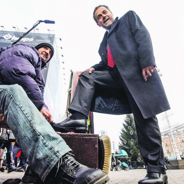 Milan Bandić čisti cipele na Trgu bana Josipa Jelačića za predsjedničke kampanje 2009.