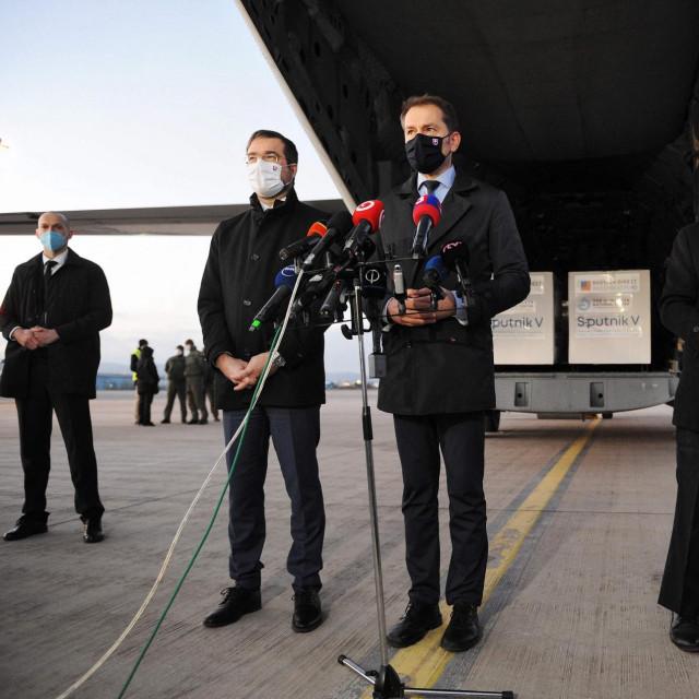 slovačkipremijer Igor Matovič i ministar zdravstva Marek Krajcina aerodromu su dočekali prve pošiljke cjepiva
