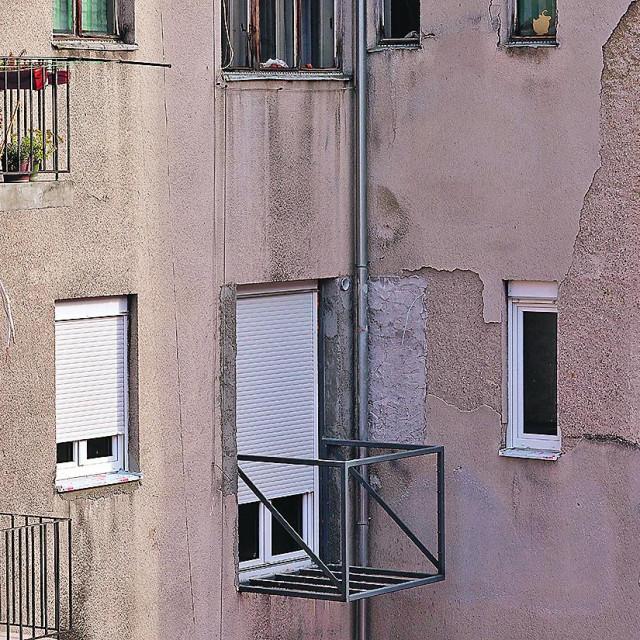 Dvorišna strana zgrade u Ilici 17. Ilegalni balkon na zgradi kuće Job.