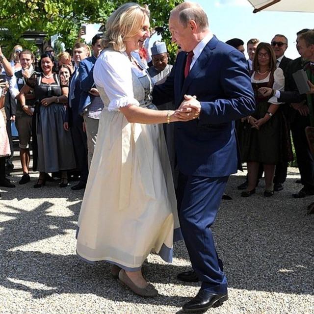 Karin Kneissl i Vladimir Putin plešu na njenoj svadbi