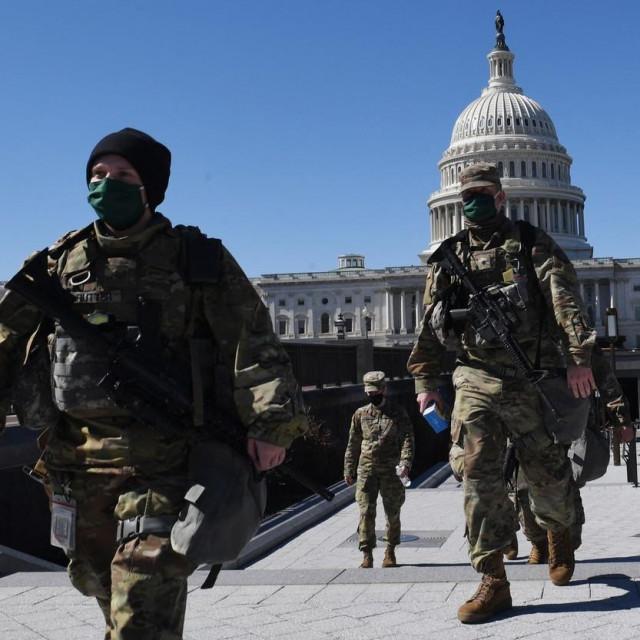 Članovi nacionalne garde ispred Kapitola