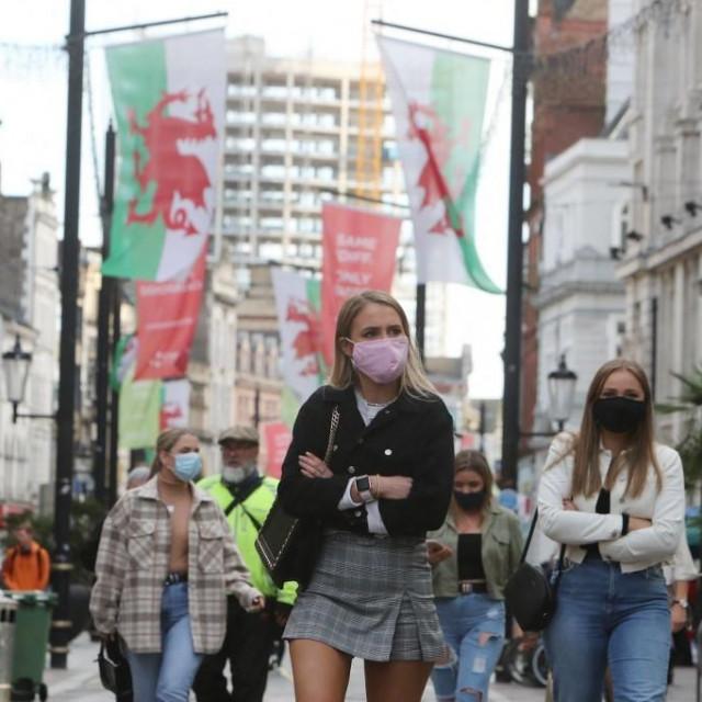 Prolaznici u centru Cardiffa za vrijeme pandemije