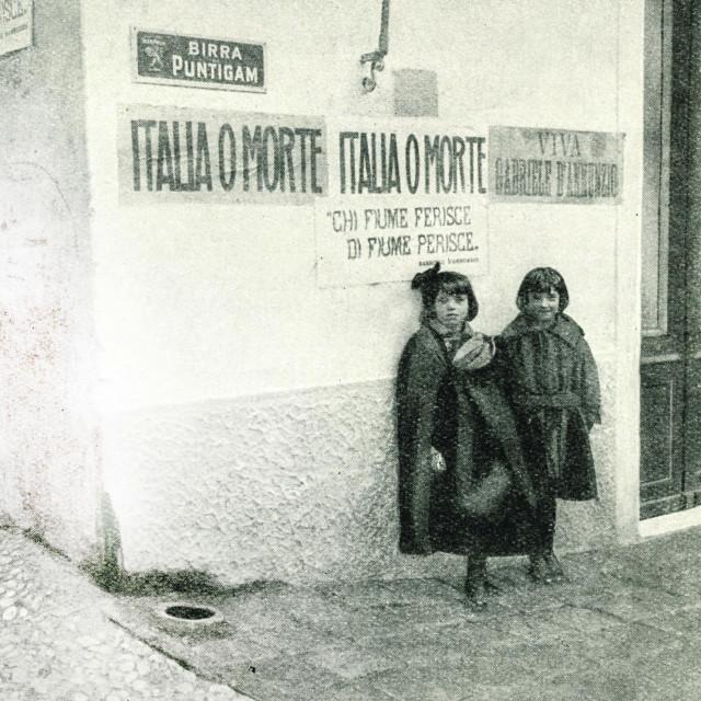 <br /> Djevojčice u Rijeci 1919. godine, neposredno prije D'Annunzijeva ulaska u grad. Iza njih su transparenti talijanskih nacionalista