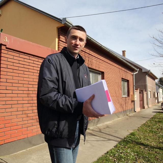 Gradonačelnik Vukovara Ivan Penava ispred kuće u kojoj živi