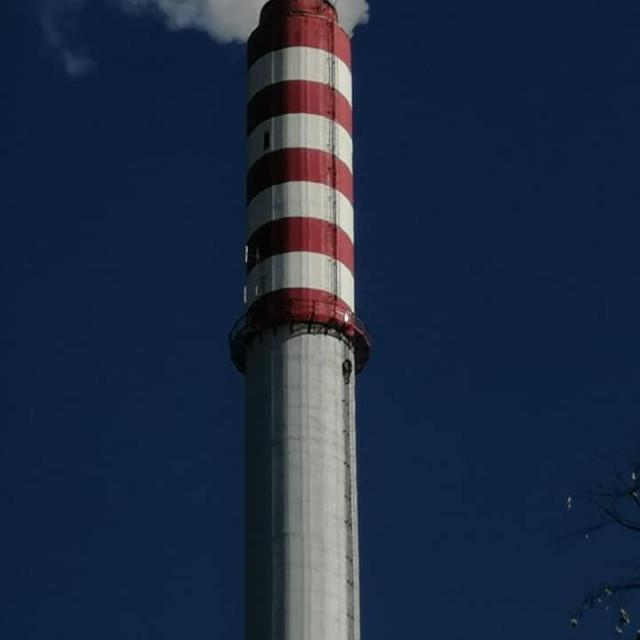 Muškarac se popeo na vrh dimnjaka Toplane