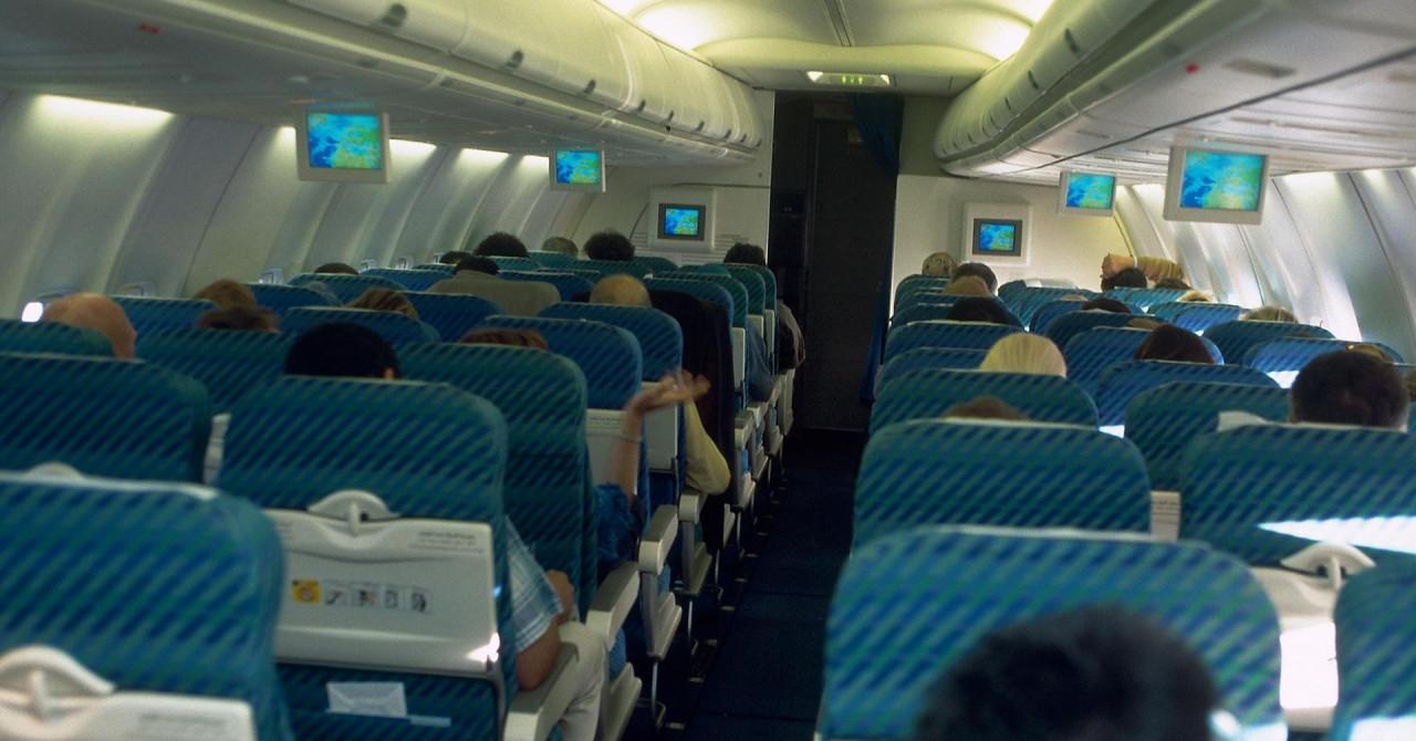 Putnicu u avionu morali vezati za sjedalo jer se tijekom leta skidala gola