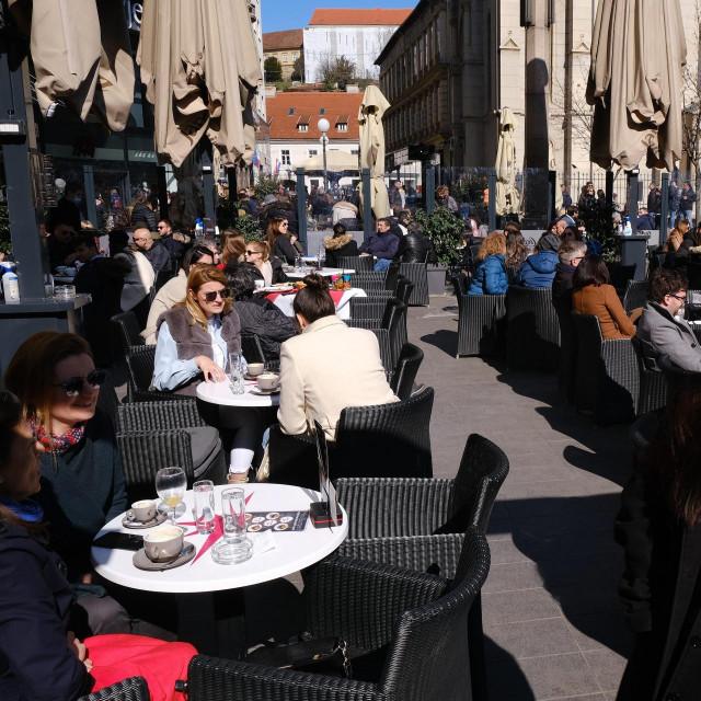 Građani uživaju na terasama kafića