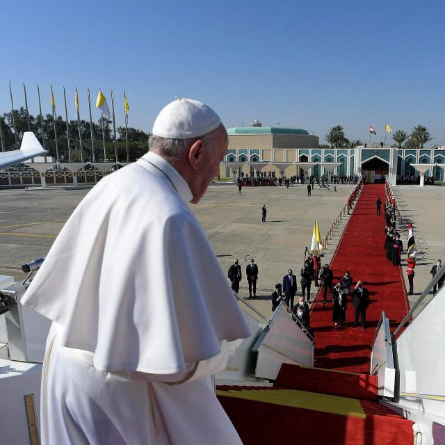 Papa Franjo pozdravlja iračkog predsjednika Barhama Saleha i njegovu suprugu Sarbagh