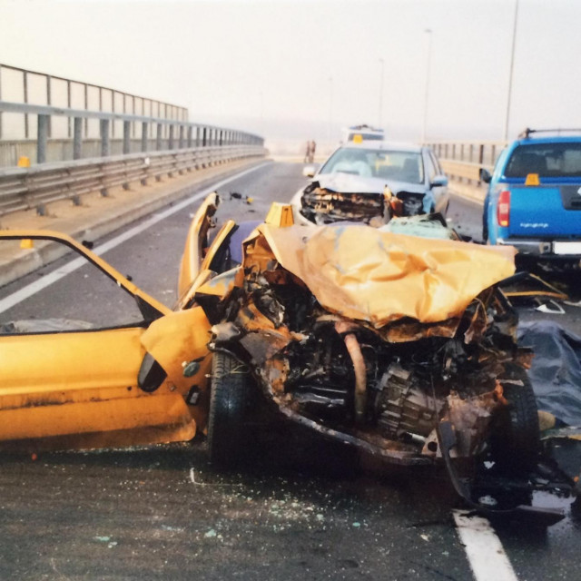 Automobil uništen u stravičnoj nesrećiu ulici Slavka Kolara u Velikoj Gorici 14. prosinca 2015.