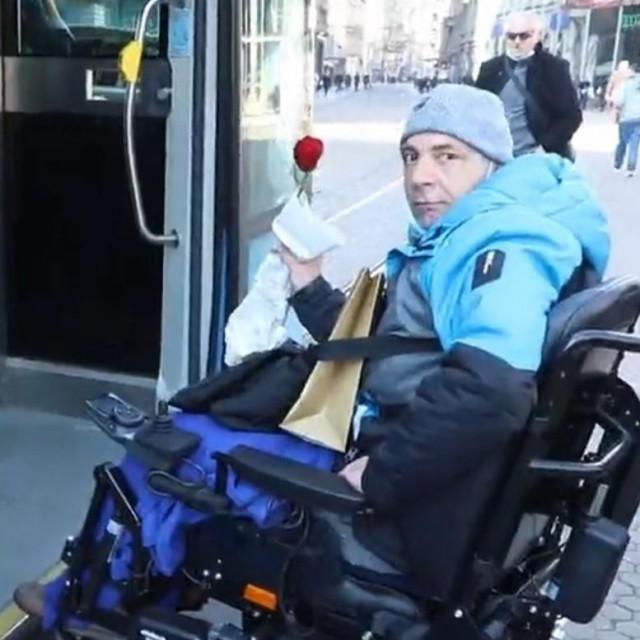 Invalid razgovara s vozačicom ZET-a
