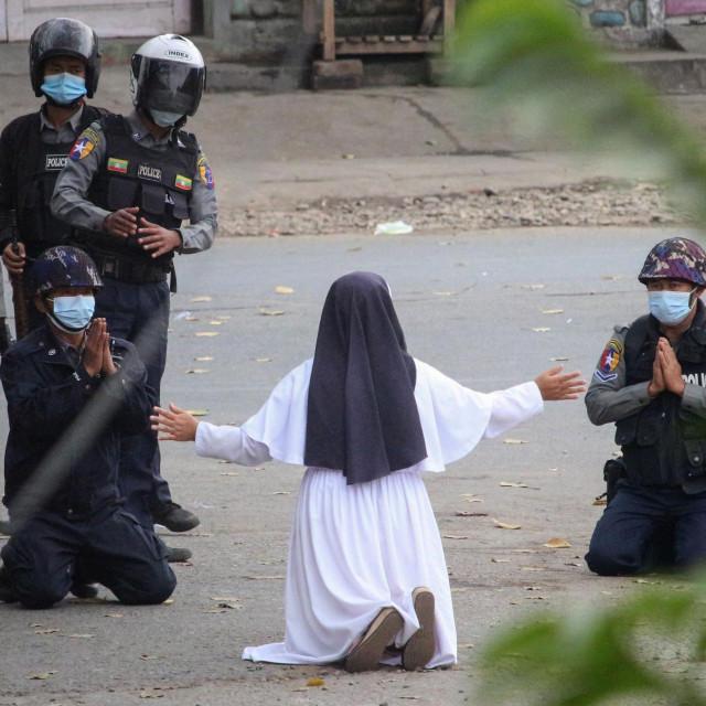 Sestra Ann Roza preklinje vojnike da poštede prosvjednike