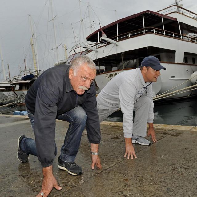 Jozo Alebić i novinar Slobodne Dalmacije Saša Ljubičić snimljeni 2014., kada su prohodali dionicu od Krila Jesenice, gdje je Alebić tada živio, do ulaza u Split u duljini od 10 km. Alebiću je tada bilo 68 godina...