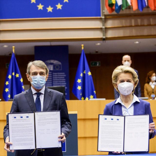 Predsjednica Europske komisije Ursula von der Leyen (D), predsjednik Europskog parlamenta David Sassoli (S) i portugalski premijer Antonio Costa (L)