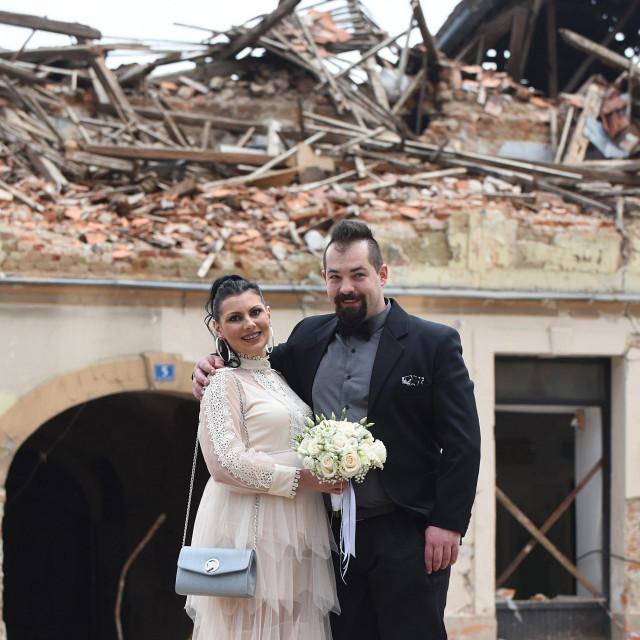 Ivona Mioković i Ivan Gaica prvi su par koji se vjenčao u matičnom uredu u Petrinji poslije razornog potresa.